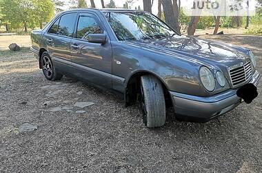 Седан Mercedes-Benz E 200 1999 в Львові