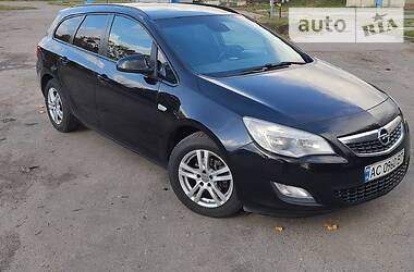 Opel Astra J 2011 в Нововолынске