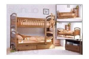 Кровати из натурального дерева.