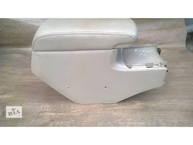 продам Б/у подлокотник для седана Toyota Avalon 2006г бу в Николаеве