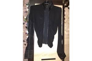 Блуза черная на резинках с камешками.
