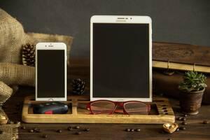 Підставка для планшета і смартфона з деревини горіха з гравіюванням логотипом на робочий стіл - корпоративний подарунок