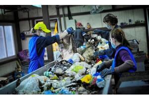 Работники на сортировку мусора (Польша)