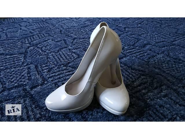Б/В Білі туфлі на каблуку- объявление о продаже  в Торчині