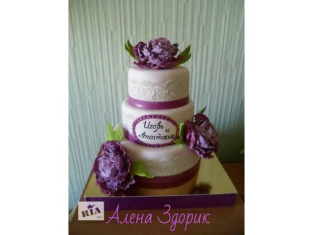 Свадебный 3-х ярусный торт цвета айвори с белыми кружевами и сиренево-фиолетовыми пионами- объявление о продаже  в Киеве